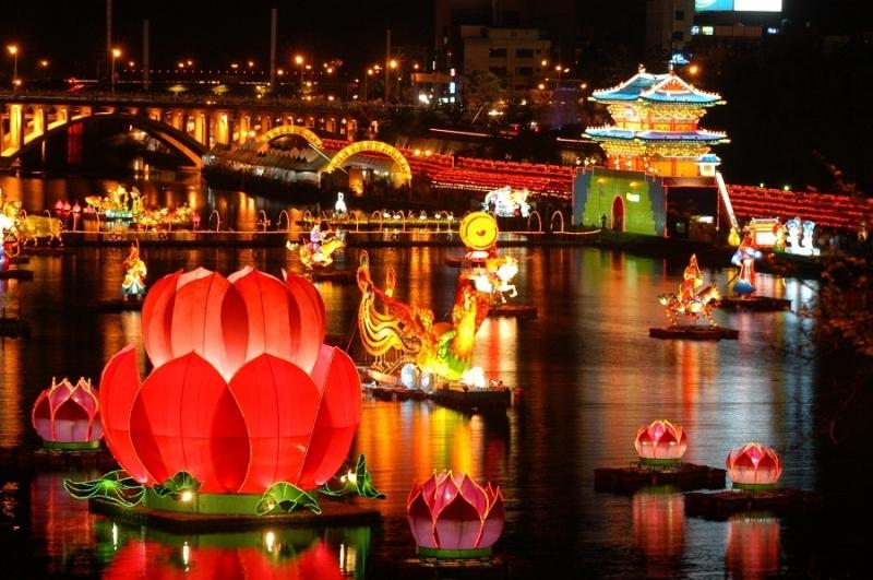 Những chiếc lồng đèn thả trôi trên sông mang theo điều ước của người thả xuống