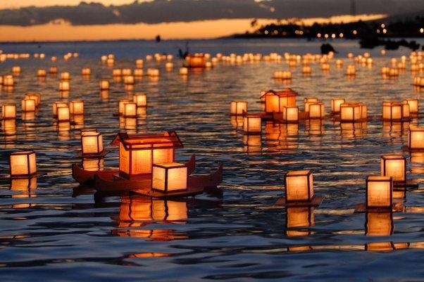 Thả lồng đèn trên sông trong lễ hội Obon