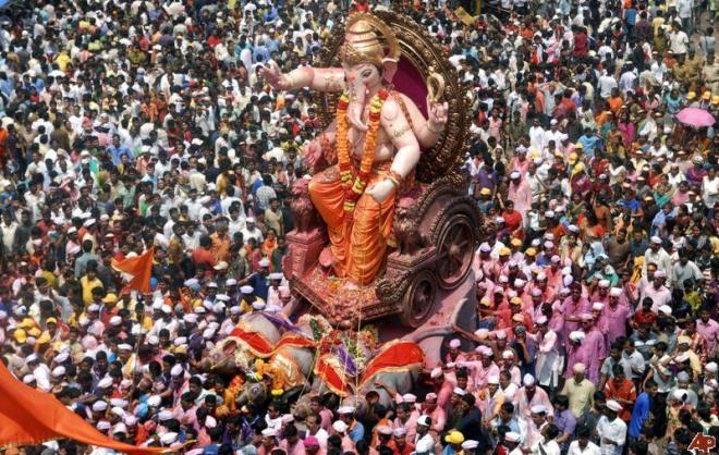 Ngày thứ 10 cũng là ngày diễn ra buổi rước tượng thần Ganesha trên đường phố
