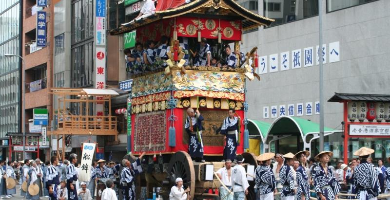 Một chiếc kiệu đang đi diễu hành trong lễ hội