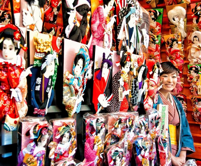 Những cây vợt tinh xảo, bắt mắt được bày bán trong lễ hội