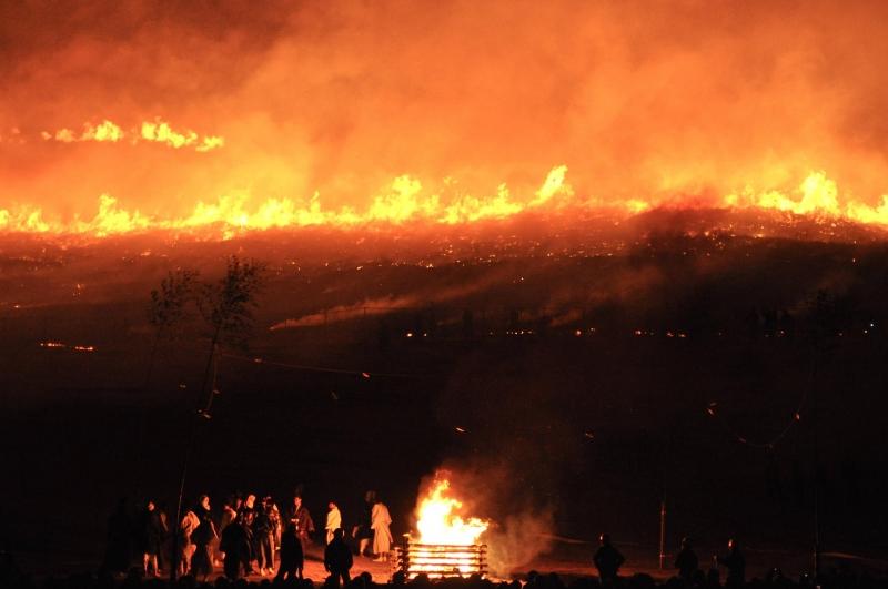 Trong lễ hội này, cỏ trên núi sẽ bị đốt cháy