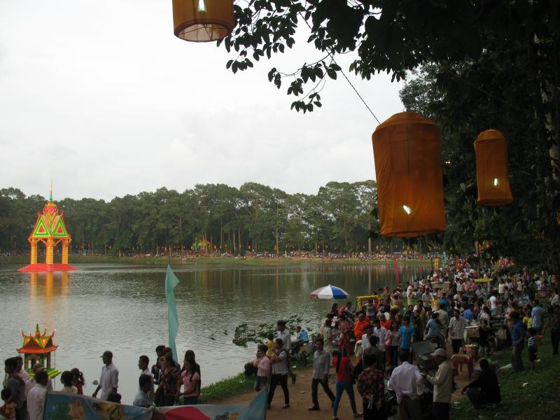 Du khách tham gia lễ hội Ok Om Bok Trà Vinh