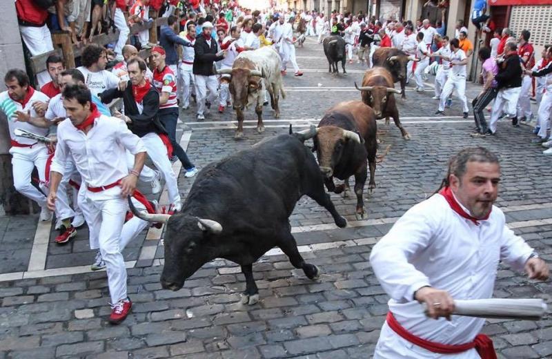 Đấu bò tót là một trong những trò chơi thú vị trong lễ hội Rome