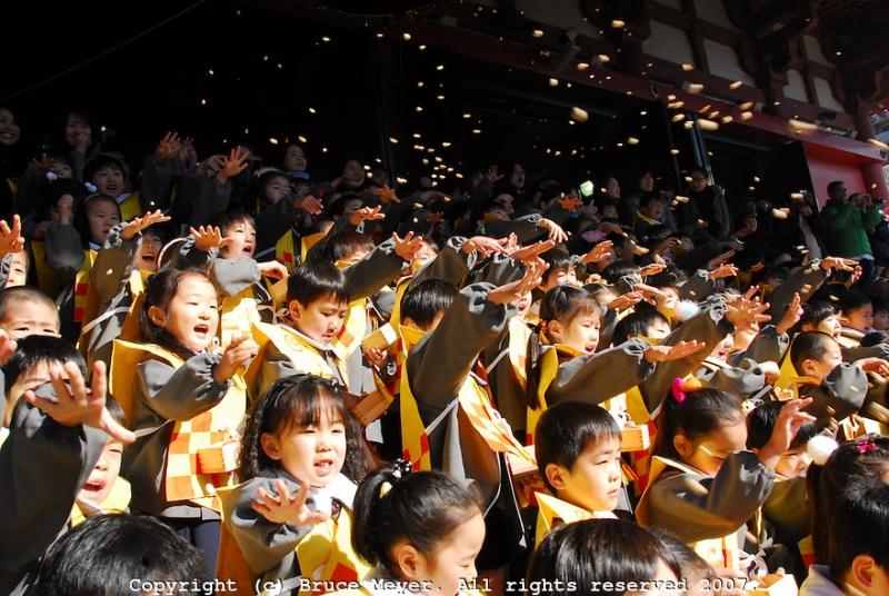 Trẻ em rất hào hứng khi được hòa mình vào lễ hội này
