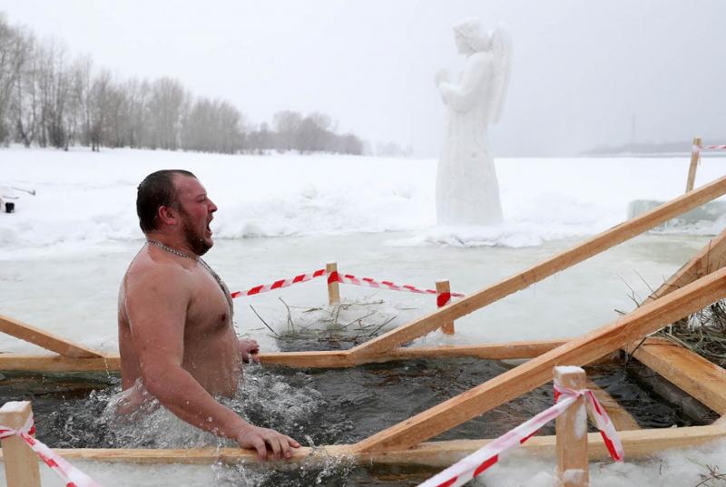 Lễ hội tắm băng (Lễ hiển linh) ở St.Petersburg, Nga