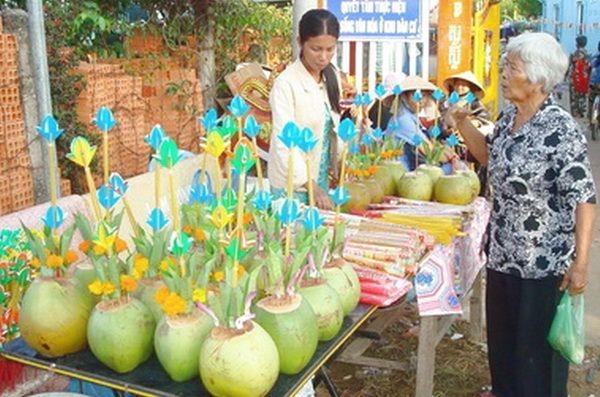 Có tên lễ hội Cúng Dừa vì ai cũng cúng một cặp bình bông làm bằng trái dừa