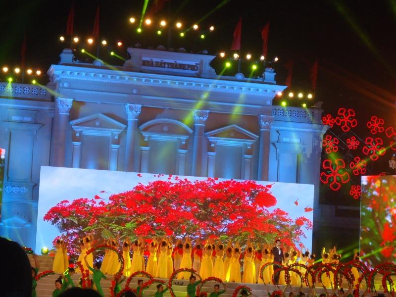 Lễ hội Hoa phượng đỏ (tháng 5 hàng năm)