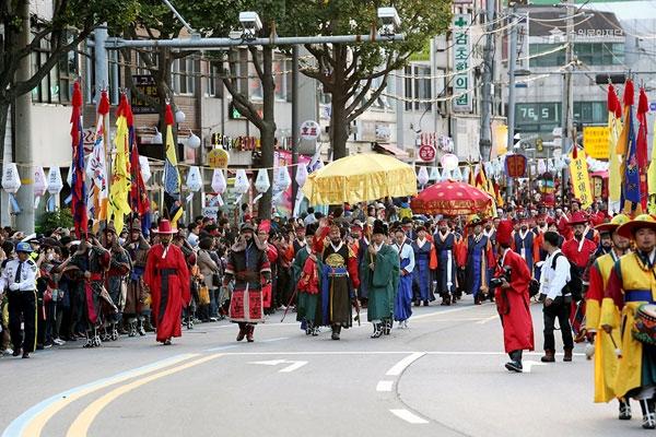 Màn diễu hành trong lễ hội văn hóa Hwaseong Suwon