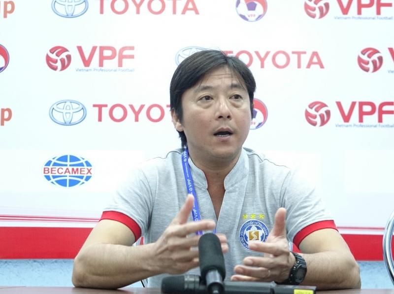 HLV Lê Huỳnh Đức tại phòng họp sau trận đấu