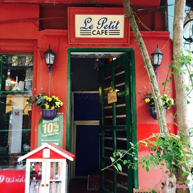 Nhìn từ bên ngoài quán, Le Petit Cafe giống y hệt môt căn nhà nhỏ dễ thương