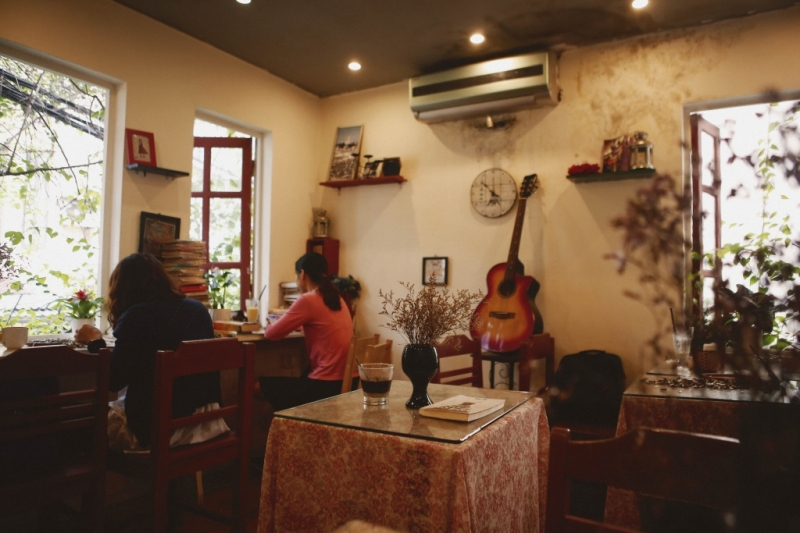Không gian bên trong quán được trang trí theo kiểu Pháp cổ, cõ chút xưa cũ và mộc mạc.
