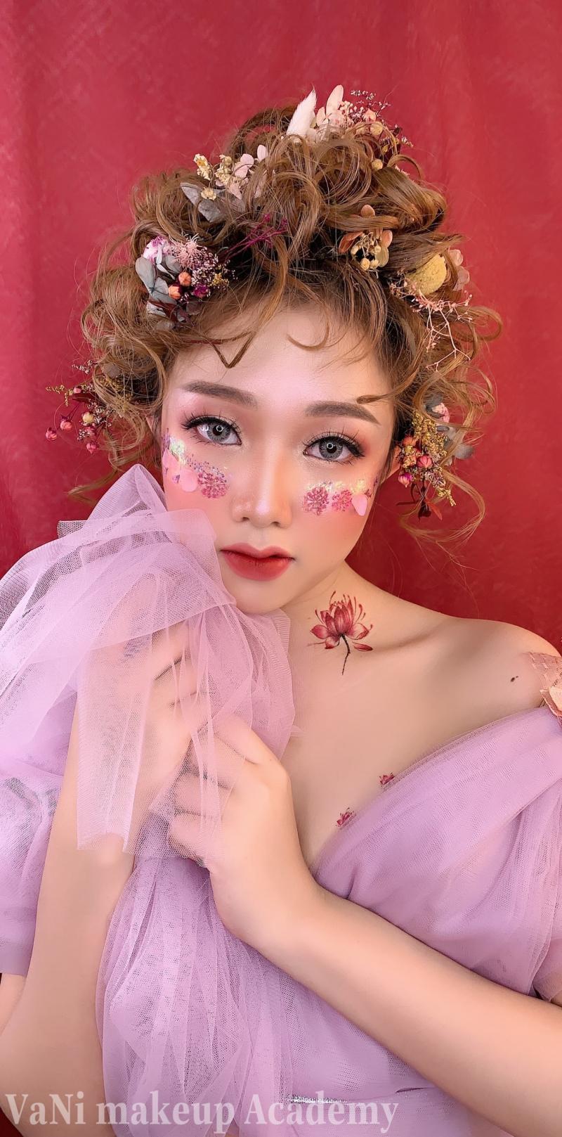 Bàn tay ma thuật của những chuyên viên make up sẽ khiến bạn phải bất ngờ đấy! Được đạo tào chuyên nghiệp và có gu thẩm mỹ cao, luôn đón đầu những xu hướng make up mới