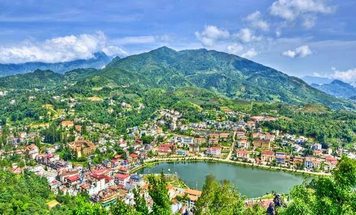 Từ đỉnh núi Hàm Rồng nhìn xuống toàn cảnh thị trấn Sapa