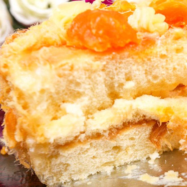 Cẵn một miếng bánh bông lan trứng muối thơm ngon