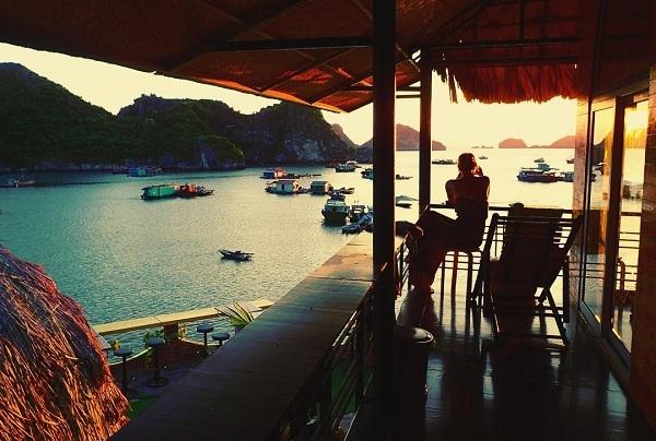 Nhà ăn với view nhìn bao trọn vịnh.
