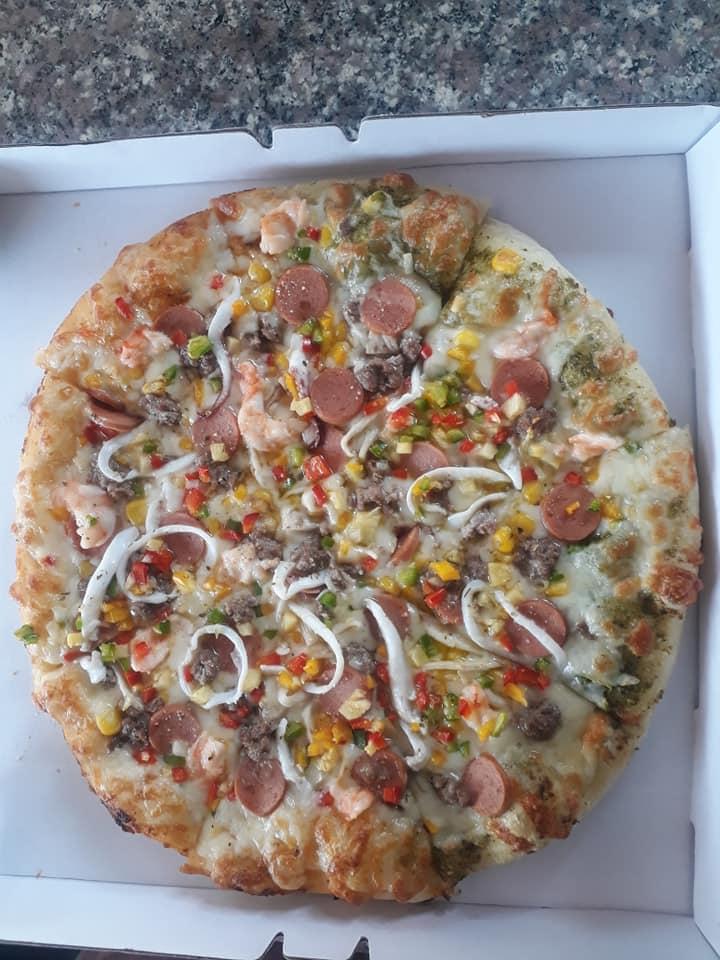 Ngập tràn các loại topping trên miếng pizza của Lê's Home