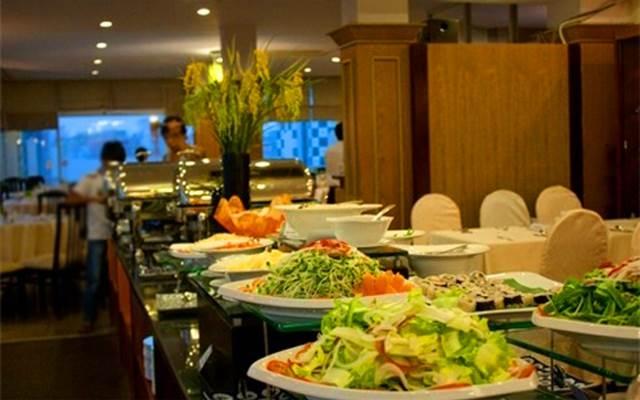 Quầy buffet sang trọng, lịch sự với nhiều món ăn hấp dẫn