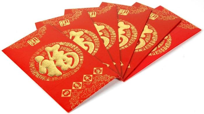 Tiền được để trong bao đỏ, tượng trưng cho sự may mắn của năm mới