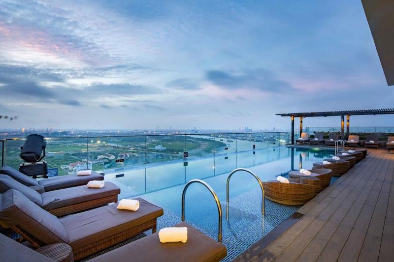 Từ bể bơi có thể ngắm khung cảnh sông Sài Gòn