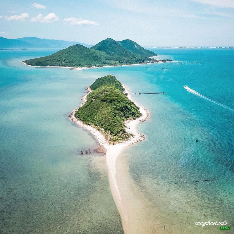 Điệp Sơn thu hút du khách bởi con đường đi bộ nối giữa 2 đảo, chỉ nổi lên khi thủy triều rút