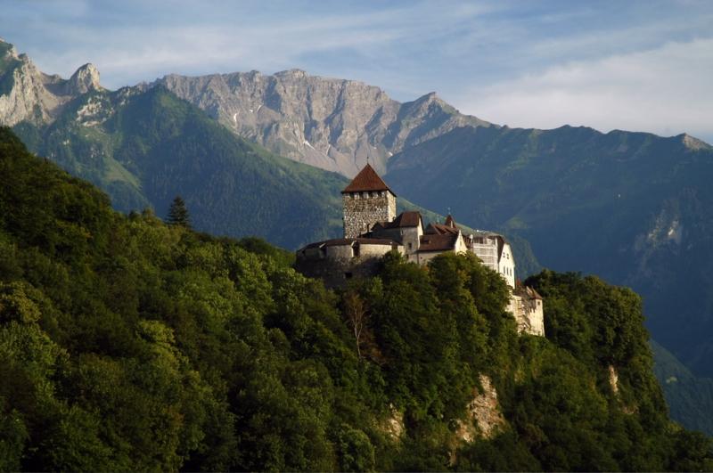 GDP/người/năm của Liechtenstein là 134.915 USD