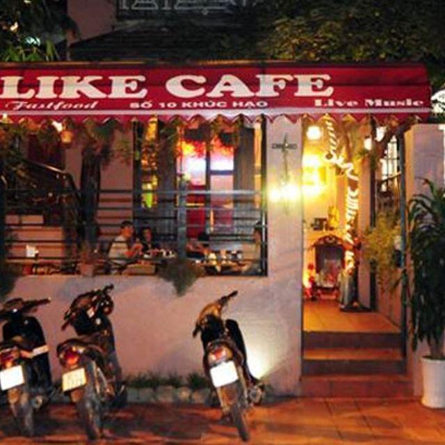 Like cafe nằm ngay trên con phố nhỏ Khúc Hạo