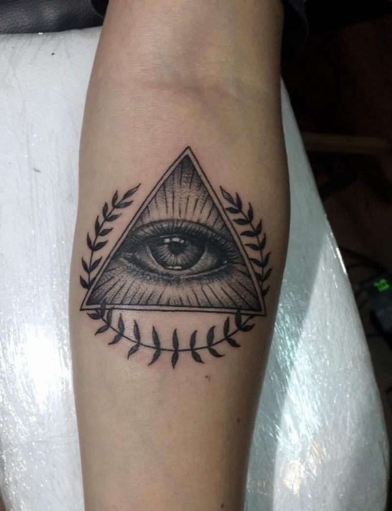 Like Tattoo luôn thể hiện hết mình trên các hình xăm đầy tâm huyết