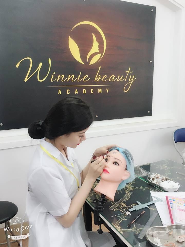 Linh Linh học tập, nâng cao tay nghề tại Winnie beauty