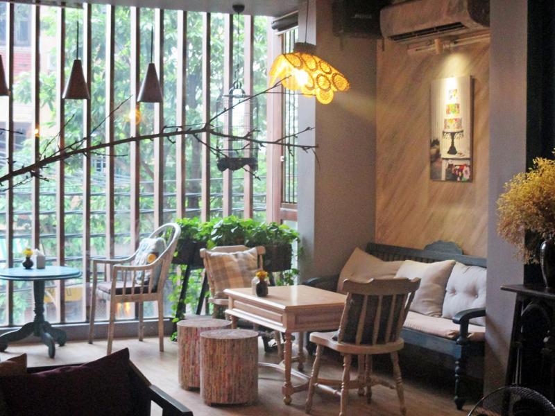 Thuộc con phố cafe Nguyễn Hữu Huân, Lissom Parlour có vị trí khá đẹp và dễ tìm