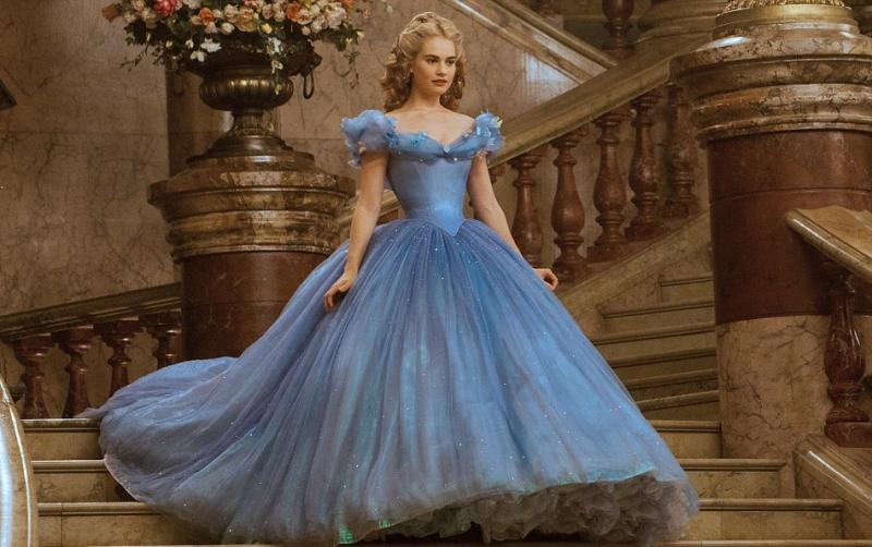 Bộ váy màu xanh thiên thanh được xem là điểm nhấn của bộ phim