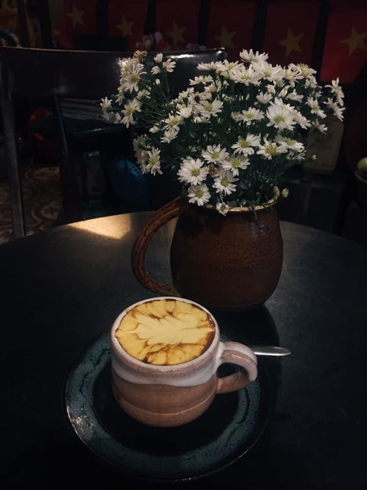Lớp trứng được đánh bông mịn, không hề tanh mà còn béo béo, ngậy ngậy. Đây là điểm dừng chân thú vị cho những ai yêu cà phê.