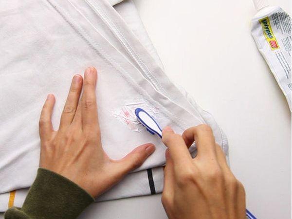 Kem đánh răng có tác dụng loại bỏ các vết bẩn khó chịu trên quần áo