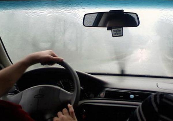 Loại bỏ sương mù trên kính chắn gió xe ô tô