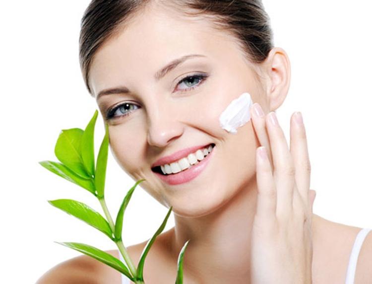 Top 8 kem chống nắng phù hợp nhất cho da khô bạn nên sử dụng