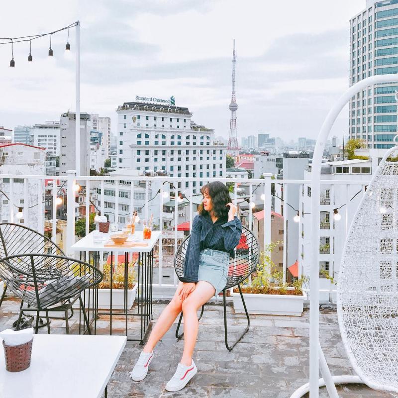 Với tầm nhìn từ trên cao, bạn có thể thu trọn quang cảnh thành phố Hà Nội.