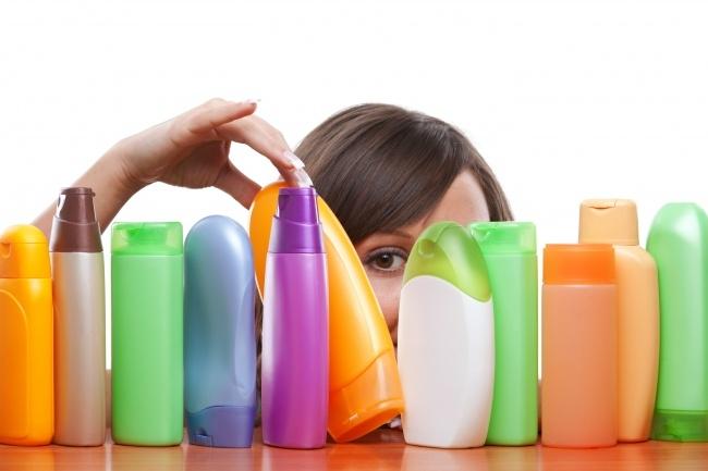 Các cô gái thường rất băn khoăn trước hàng trăm nhãn hiệu dầu gội khác nhau trên thị trường (Ảnh: Internet)