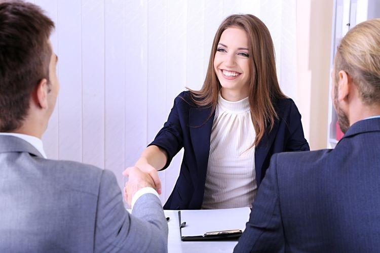 Hãy để lại ấn tượng cho người phỏng vấn bằng lời chào to rõ thay vì cái cuối đầu nhẹ và lời nói lí nhí trong vòm họng.