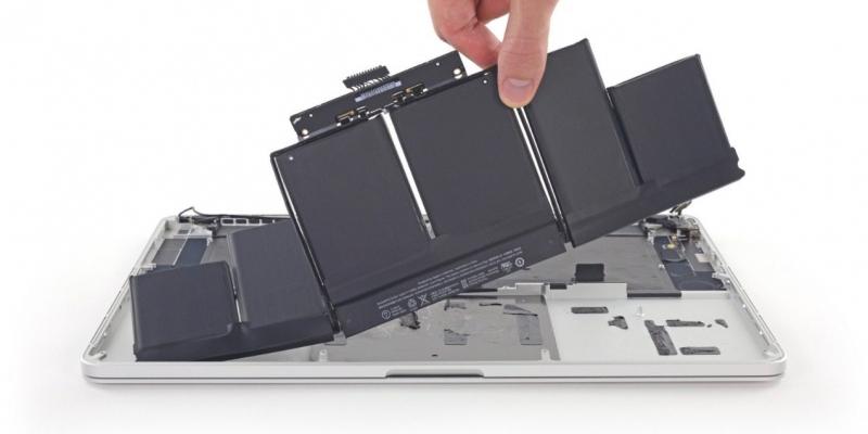 Pin của Macbook khá phức tạp nên hãy lưu ý khi sạc và sử dụng