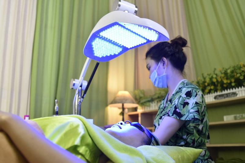 Liệu trình trị mụn với ánh sáng sinh học tại nhà Lona