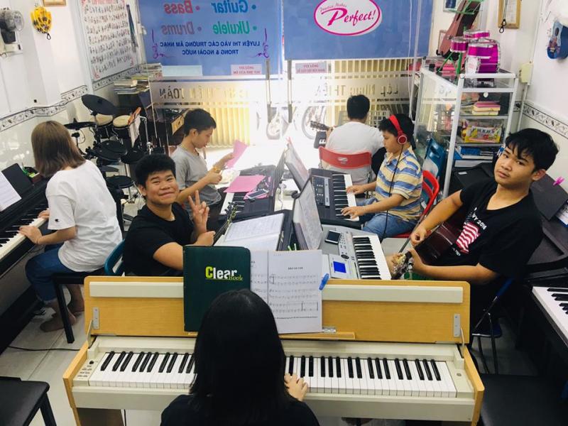 Học gutar, piano tại lớp nhạc Thiên Lý