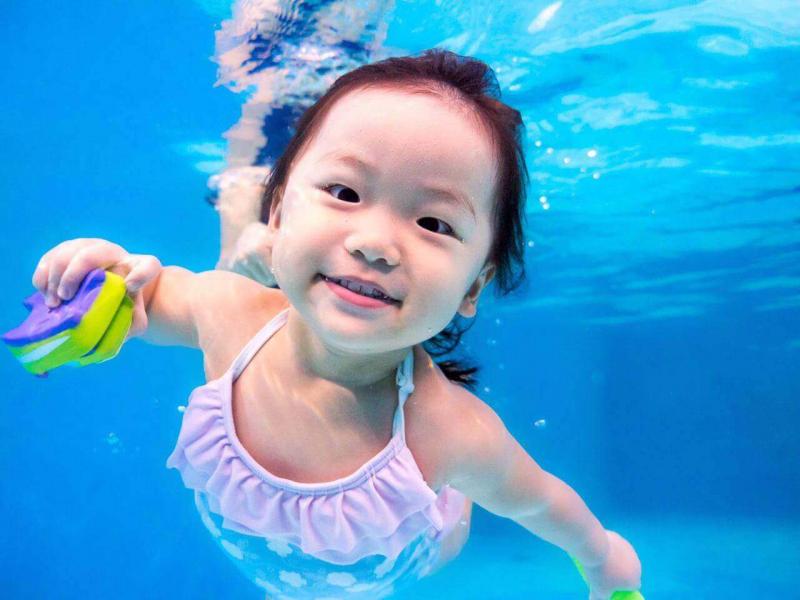 Lựa chọn một địa điểm học bơi uy tín, an toàn