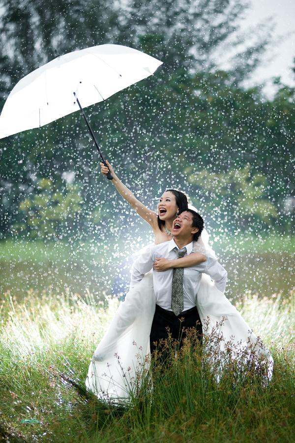 Người chụp ảnh cưới cho mình có kinh nghiệm và tự tin để ứng phó với trời mưa.