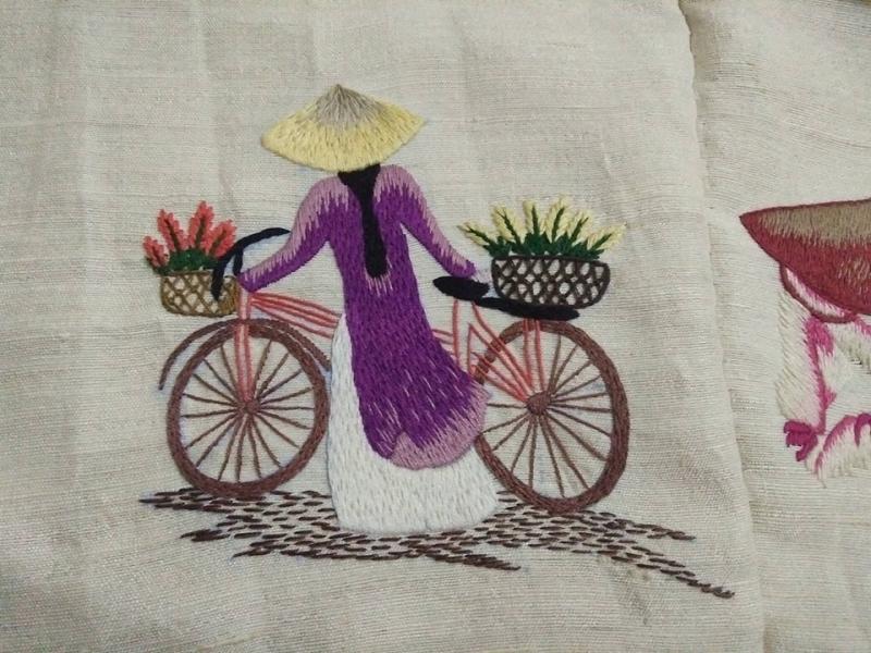 Mẫu khăn thêu thủ công tại lụa tơ tằm Bá Minh