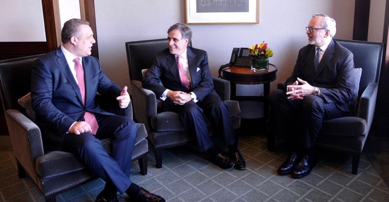 Luật sư Even Chesler (giữa)