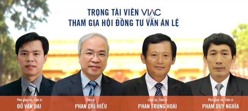 Luật sư Phan Trung Hoài (thứ 3 từ trái sang)