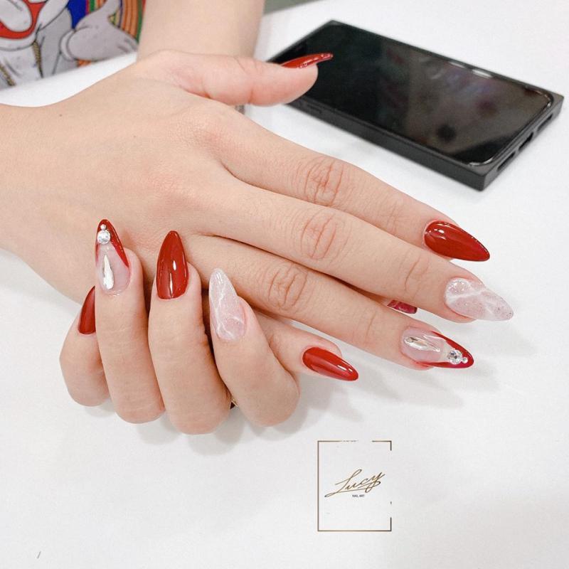 Bộ nail được thực hiện một cách tinh tế trên bàn khách hàng