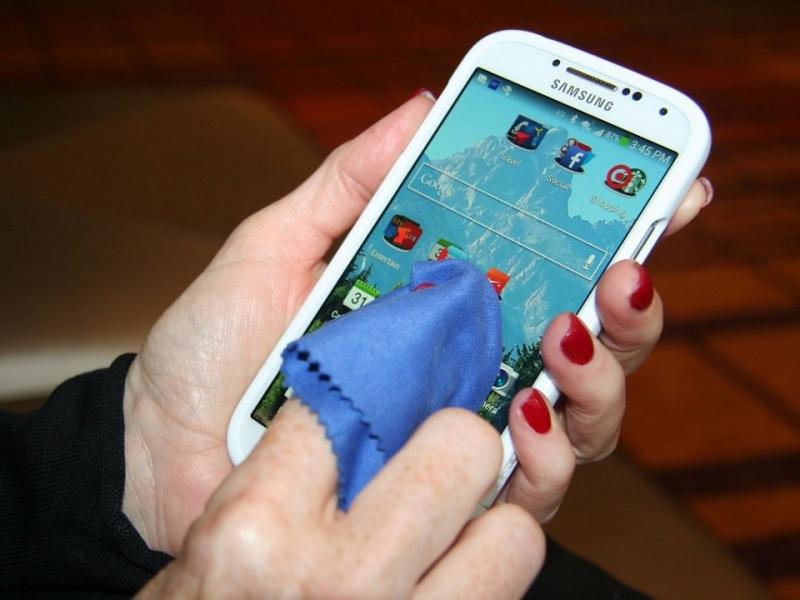 Lười vệ sinh điện thoại làm vi khuẩn tích tụ