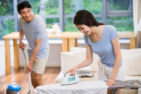 Đàn ông giúp vợ làm việc nhà