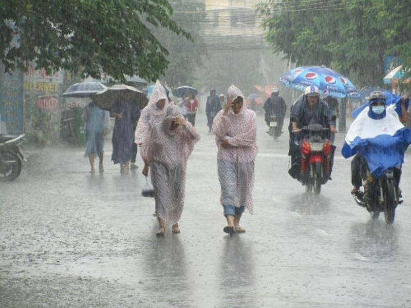 Luôn mang theo áo mưa, dù (ô) khi ra ngoài